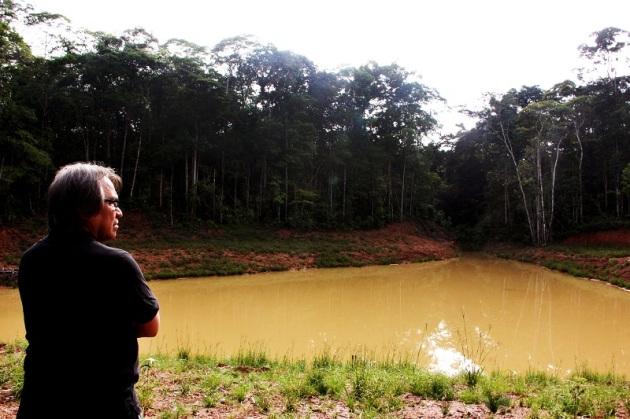El Relator especial sobre los derechos de los pueblos indígenas, James Anaya, se detiene a observar una de las lagunas contaminadas en su visita a Andoas. /©Javier Dueñas